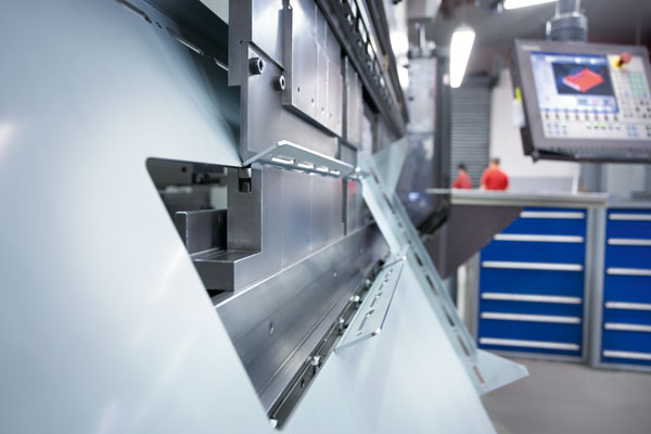 Einblick in die Fertigung: Mit modernen Maschinen werden Blechteile gebogen.